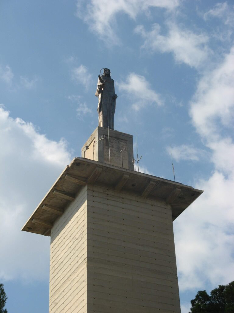 Distant view of Na Burguesa statue with plint and column